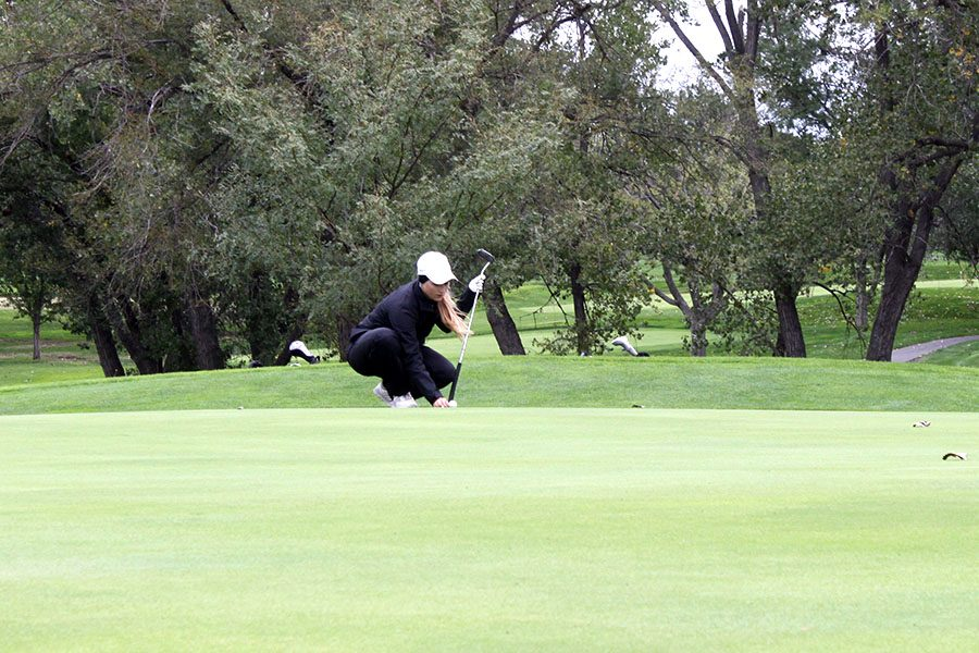 Junior+Brittani+Park+lines+up+on+the+green+at+regionals.+The+Indian+girls+golf+team+placed+sixth+at+state+on+Oct.+16.