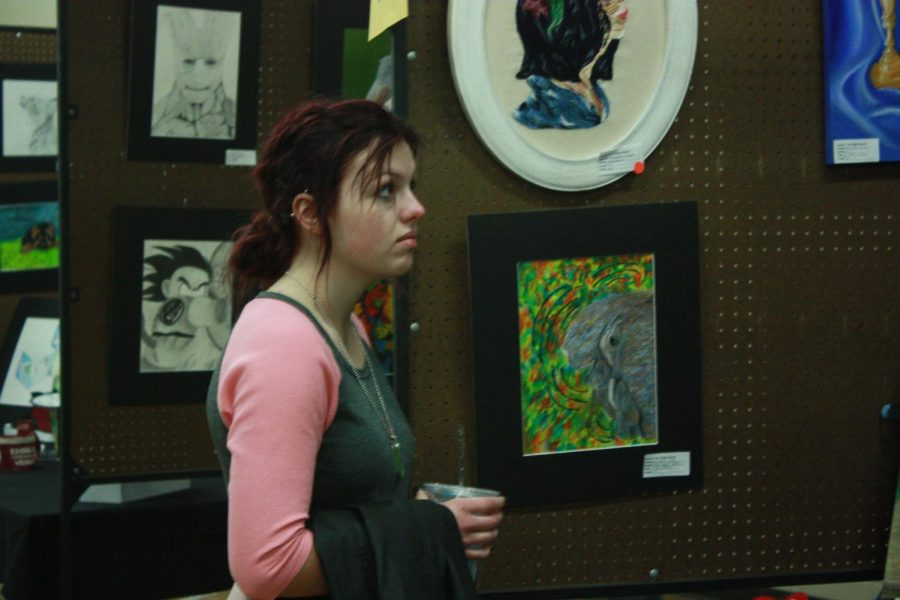 Junior+Katie+Vaughn+looks+at+the+art+exhibits+at+the+FHSU+art+walk.+