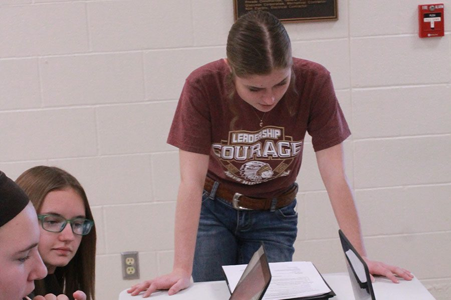 Junior Zoe Buffington encourages her group to create a good résumé. This is Buffingtons first year with Leadership Team.