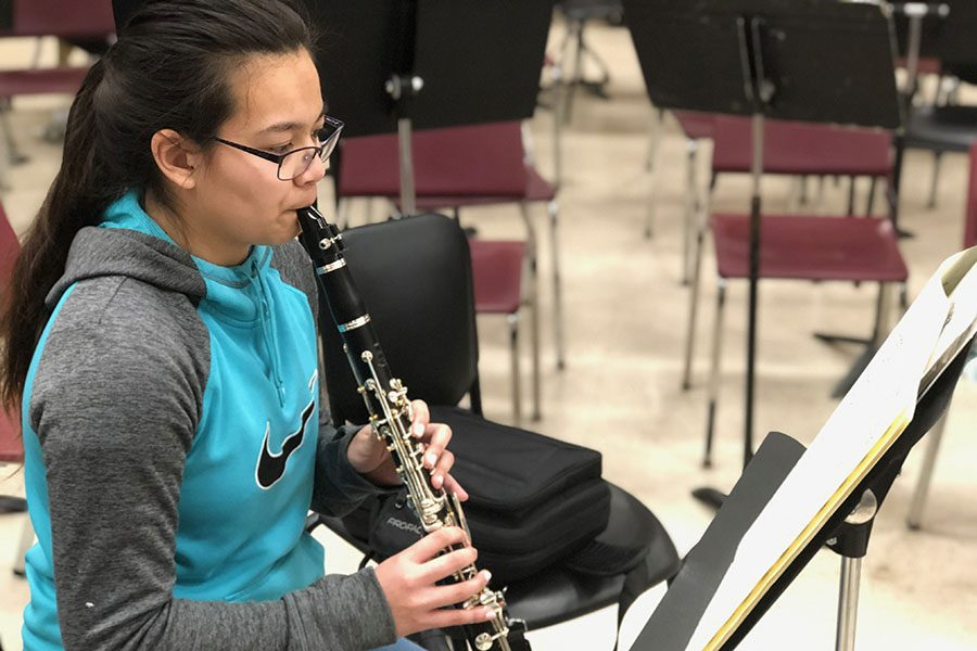 Sophomore+Ashley+Vilaysing+practices+her+clarinet+pieces+for+contest.