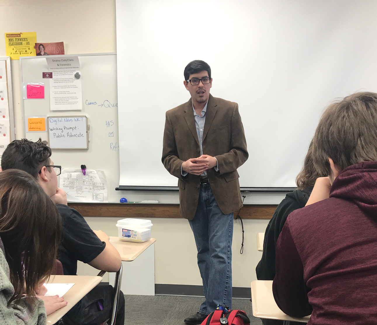 Andres Mata speaks to the Current Issues class.
