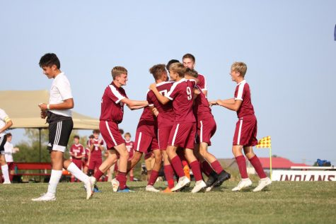 Boys soccer defeats Junction City, loses to Garden City