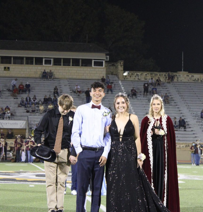 Senior+Mylah+Potter+and+Fernando+Zarate+claim+their+homecoming+crowns.