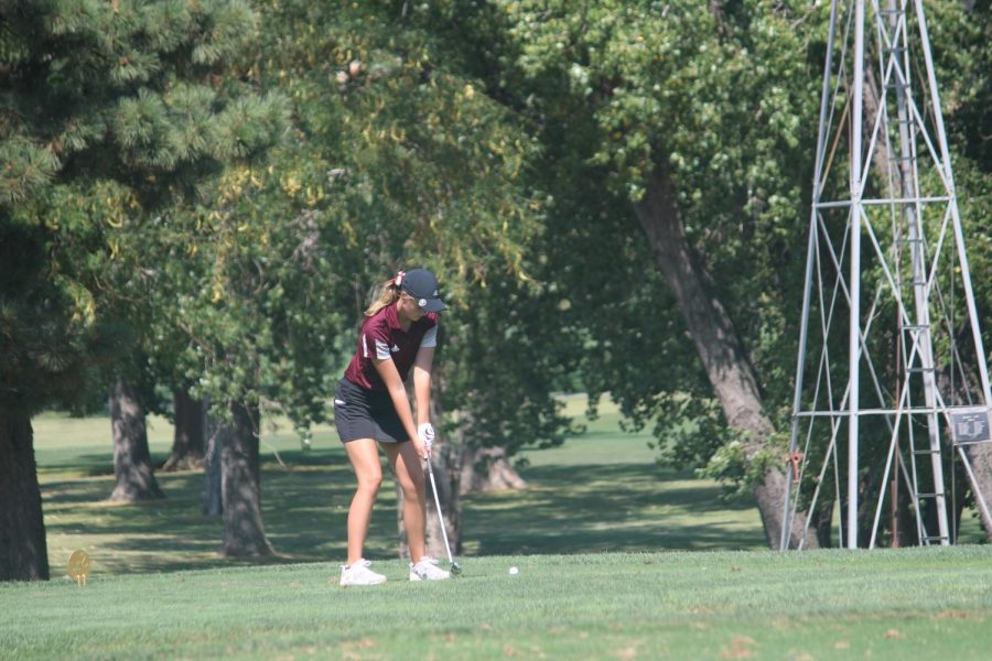 Sophomore+Ashlynn+Banker+putts+on+hole+one+at+the+Smoky+Hill+Country+Club.