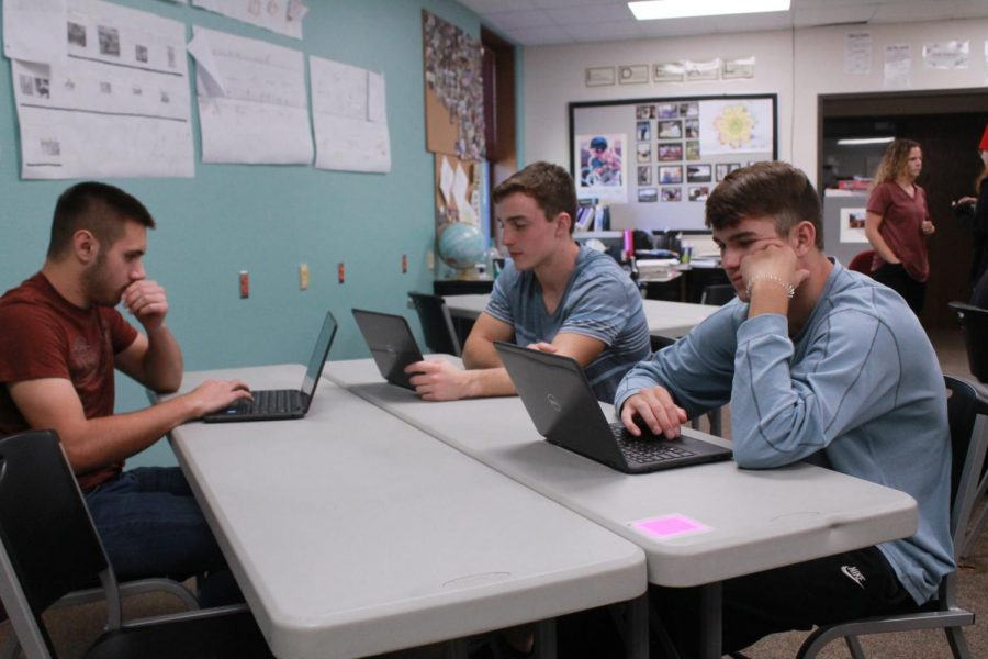 AP Government students work on project.